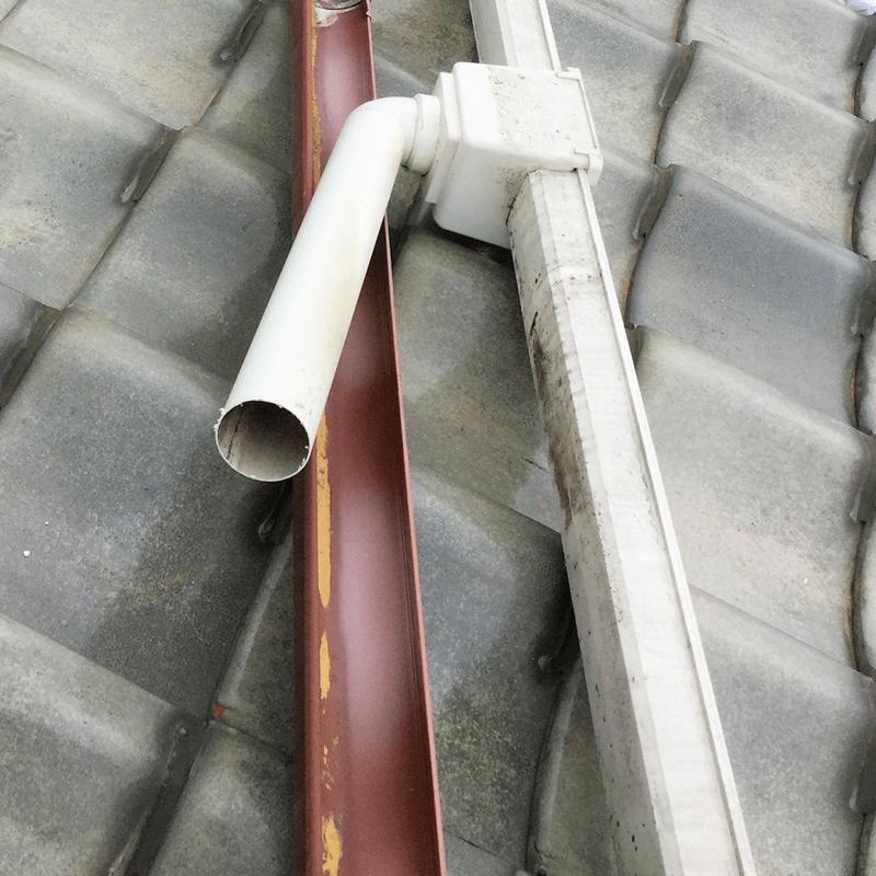 これまでの軒樋金具の撤去と新規設置